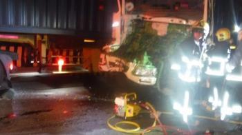 大貨車突撞進2曳引車空隙! 車體碎片噴飛...駕駛卡車內慘死