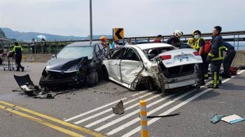 北濱公路嚴重車禍!2車撞成廢鐵 6人受傷送醫