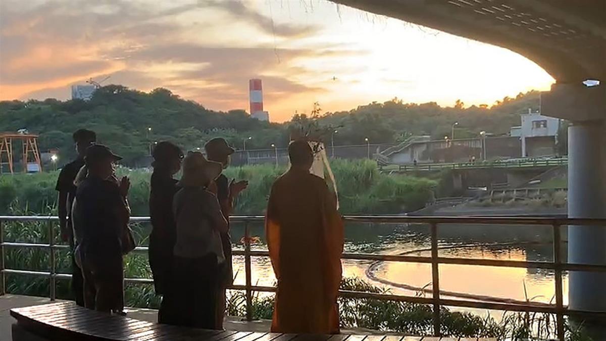 建管處涉賄公務員身亡 家屬至基隆河招魂