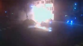 海軍酒駕躲警撞車!BMW彈飛冒大火球 引擎噴出毀房鐵門