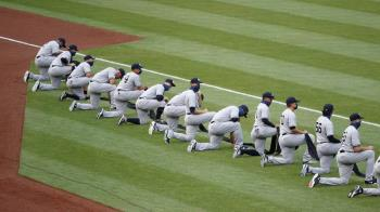 MLB終於正式開打 洋基、國民賽前球員單膝下跪「反種族歧視」