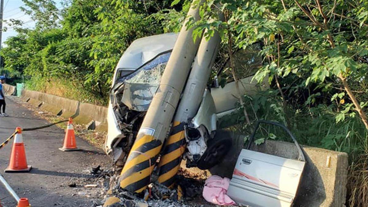 彰化男自撞電線桿 車頭全毀卡車內慘亡