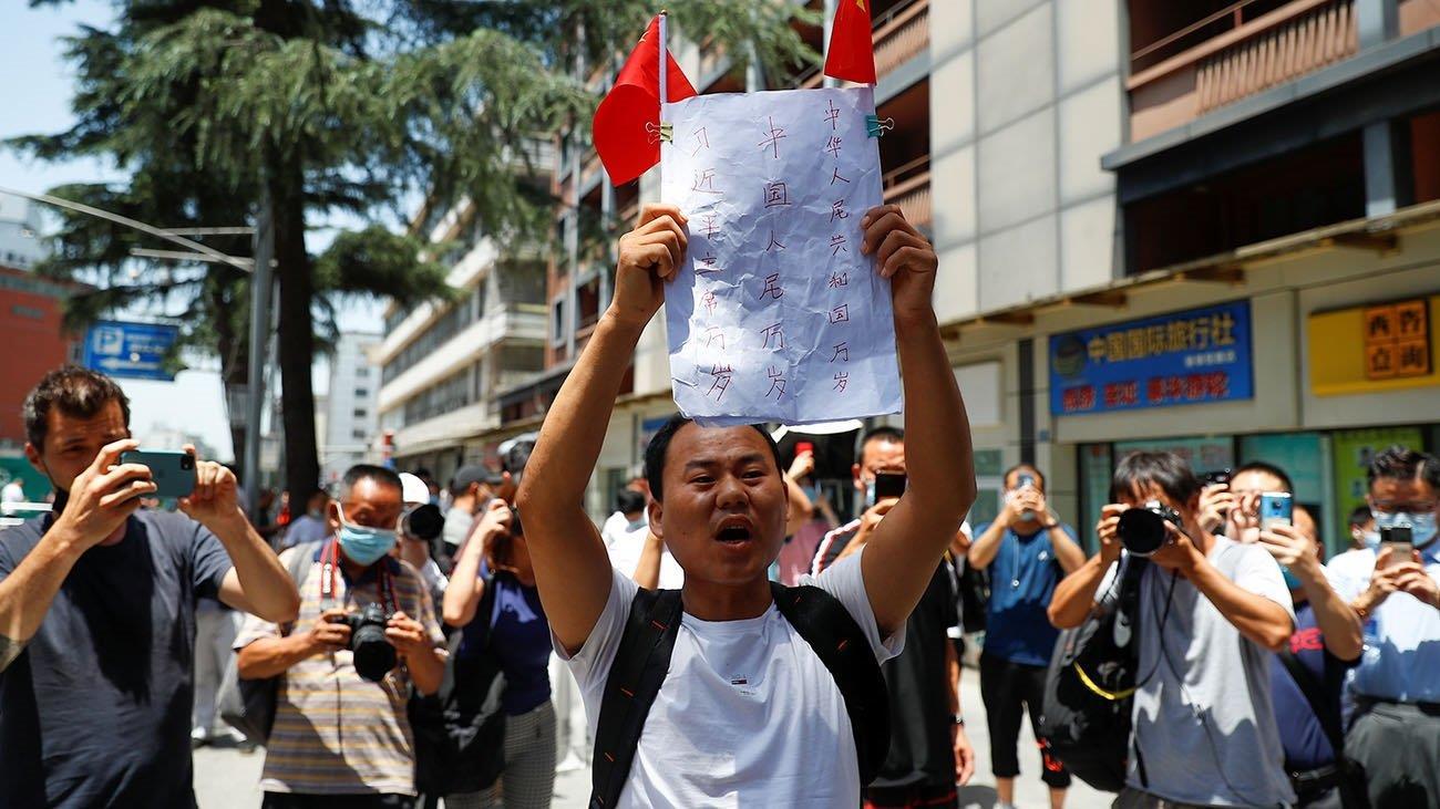 中國接管美國駐成都總領館,大批中國民眾歡呼美國表達「失望」