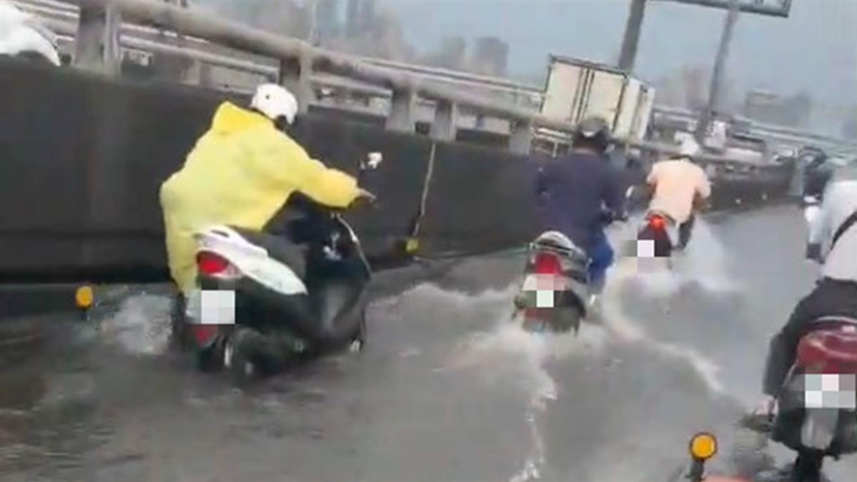 午後雨彈來襲!華江橋機車道遭淹沒 騎士苦牽車過橋