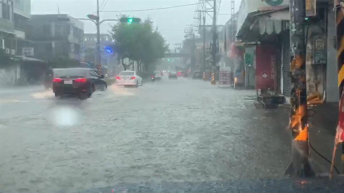 集集一級淹水警戒!南投名間鄉淹水30cm 機車進水拋錨