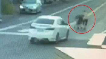 79歲阿嬤推孫過馬路遭撞飛 目擊者:倒地都沒動…