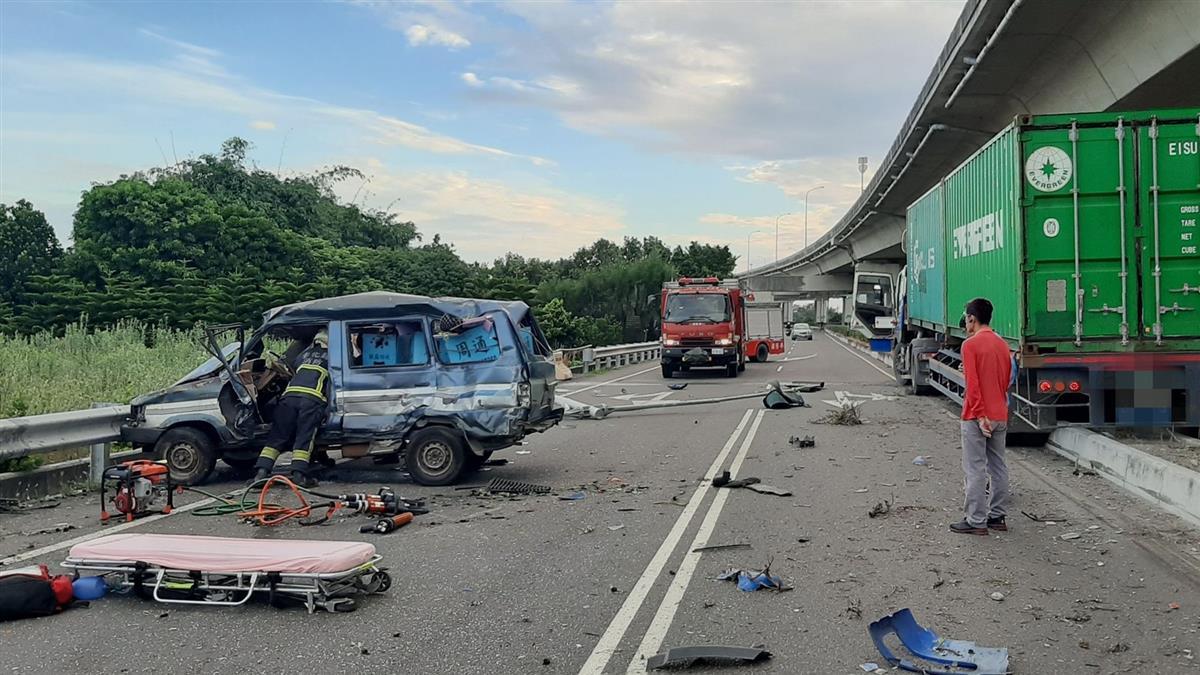 台17線貨櫃車衝撞小客車!車頭凹陷變形 2人困車內慘亡