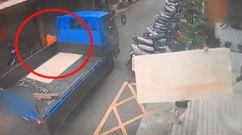 獨/貨車擋道!騎士硬鑽撞毀電動車 扶車後秒閃人