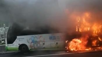 國一北上35.1公里小巴士起火 火勢吞滅整部車 回堵5公里