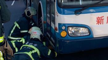 賓士突開門!騎士撞上倒地 慘捲公車輪下滿地血