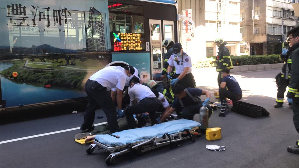 違停賓士突開門!女騎士捲公車底慘死 畫面曝光