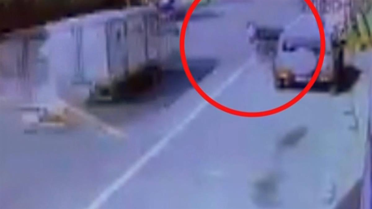 休旅車突開車門!南投父女騎士遭撞飛…下秒小貨車駛來