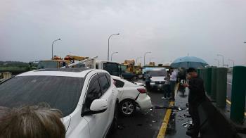 國一民雄段驚傳2起車禍!16車連環撞…1女急送醫