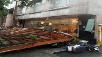 台中市廣告招牌掉落  壓毀多輛機車無人傷