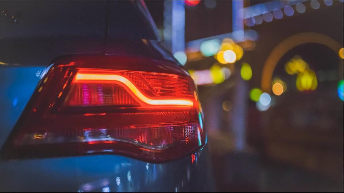 國道暴雨閃黃燈錯了嗎?大車司機氣嗆「哪家駕訓班教的」秒臉腫
