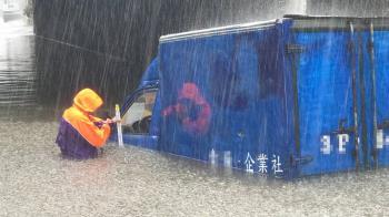 桃市大園區涵洞淹水1公尺 小貨車受困駕駛逃出
