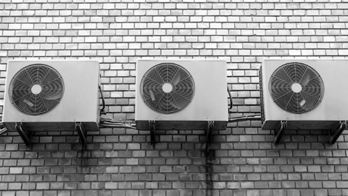 大熱天揮汗裝冷氣!師傅怕粉塵不開風扇 竟遭投訴「汗臭味」