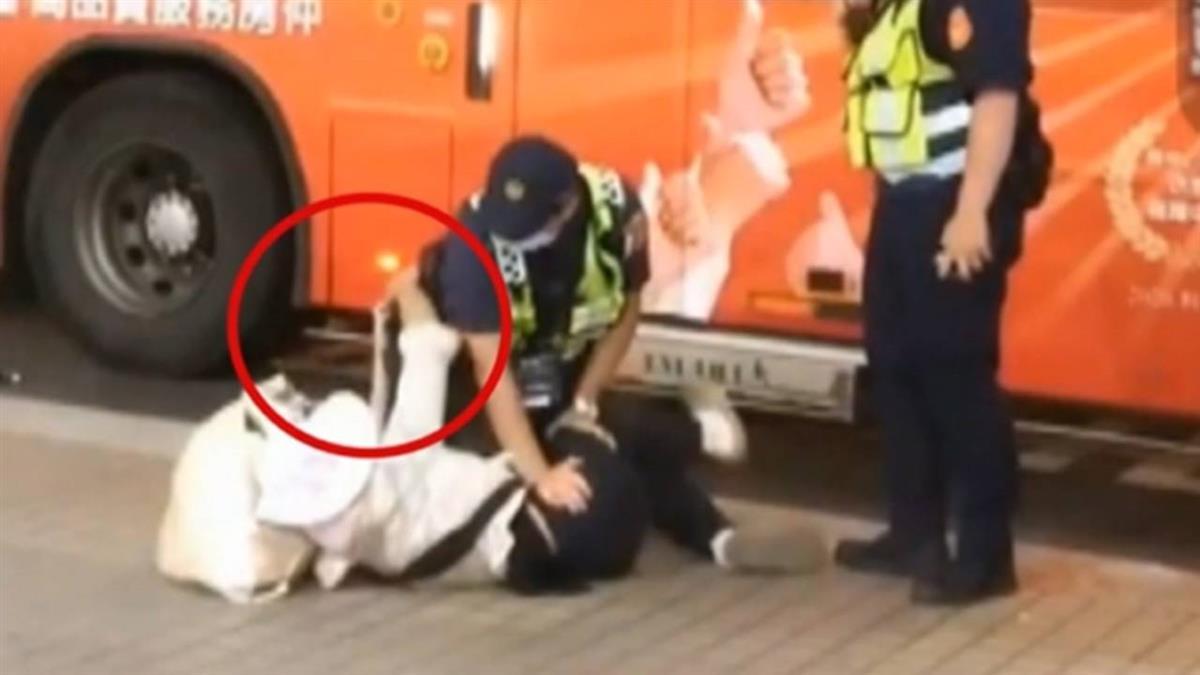 婦拿布遮口鼻 遭公車拒載…竟咆哮踹警企圖奪槍