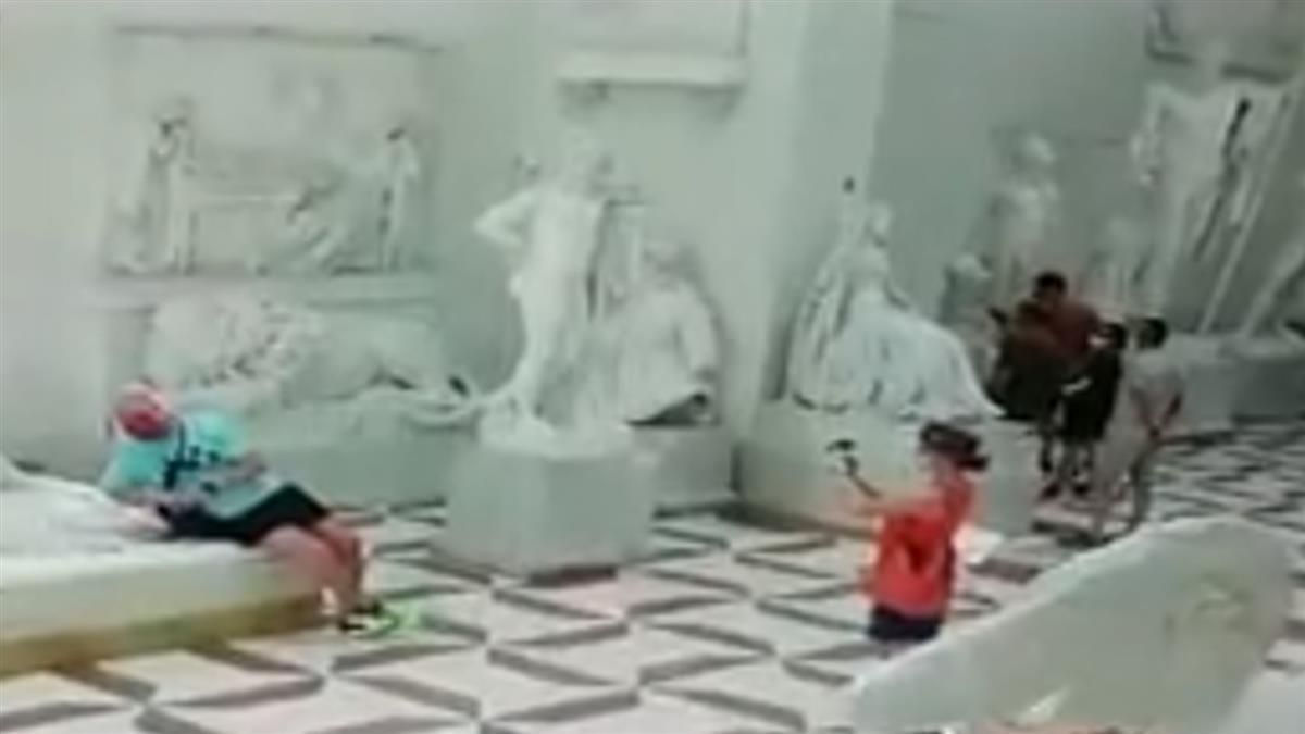 壓斷女雕像腳趾!阿伯落跑被逮罰款上看350萬