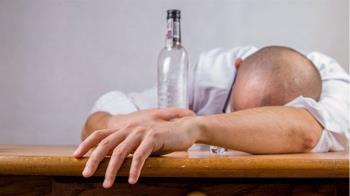 喝太嗨!醉男狂睡14hr沒翻身 醒來手臂腫成麵龜⋯癱瘓了