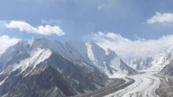 錫亞琴冰川:冰山上的玫瑰與不速之客