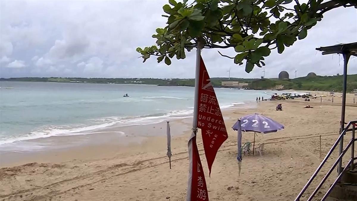 獨/海陸警都發了! 墾丁海灘照攬客下水