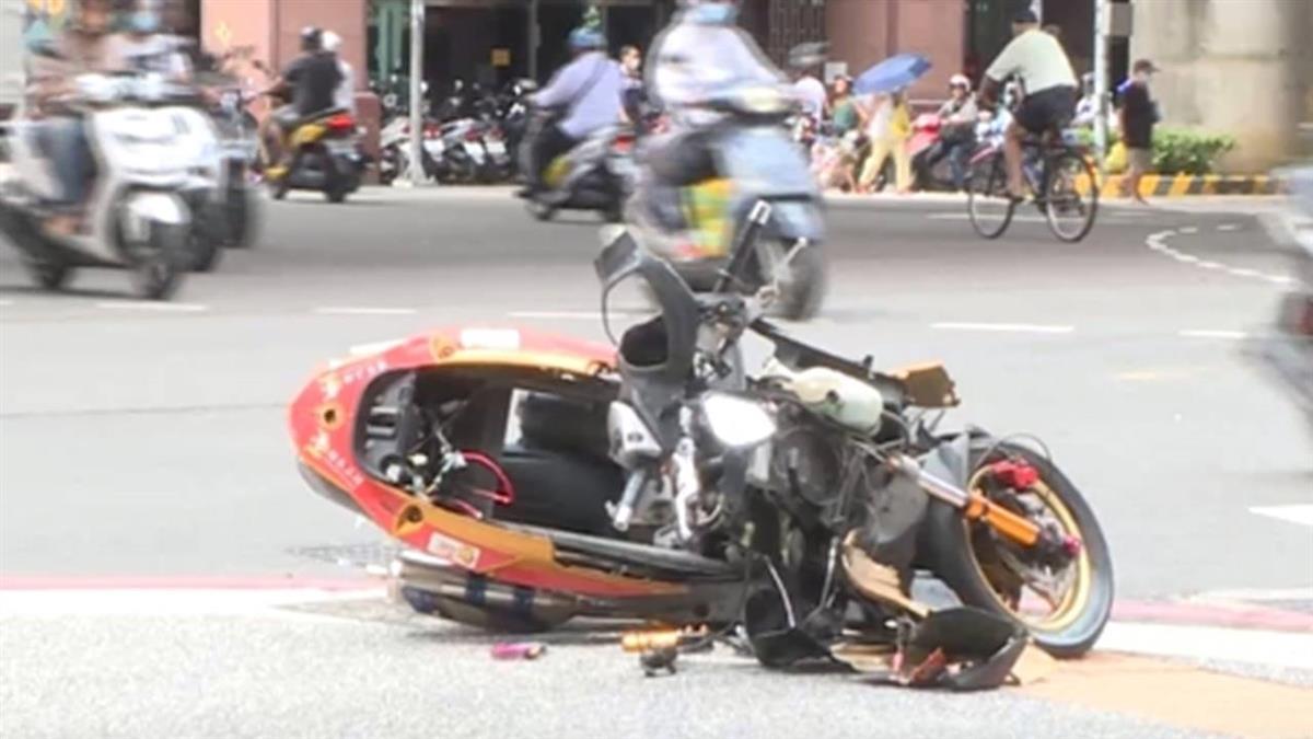 計程車違規左轉! 騎士撞上彈飛一圈...骨折送醫