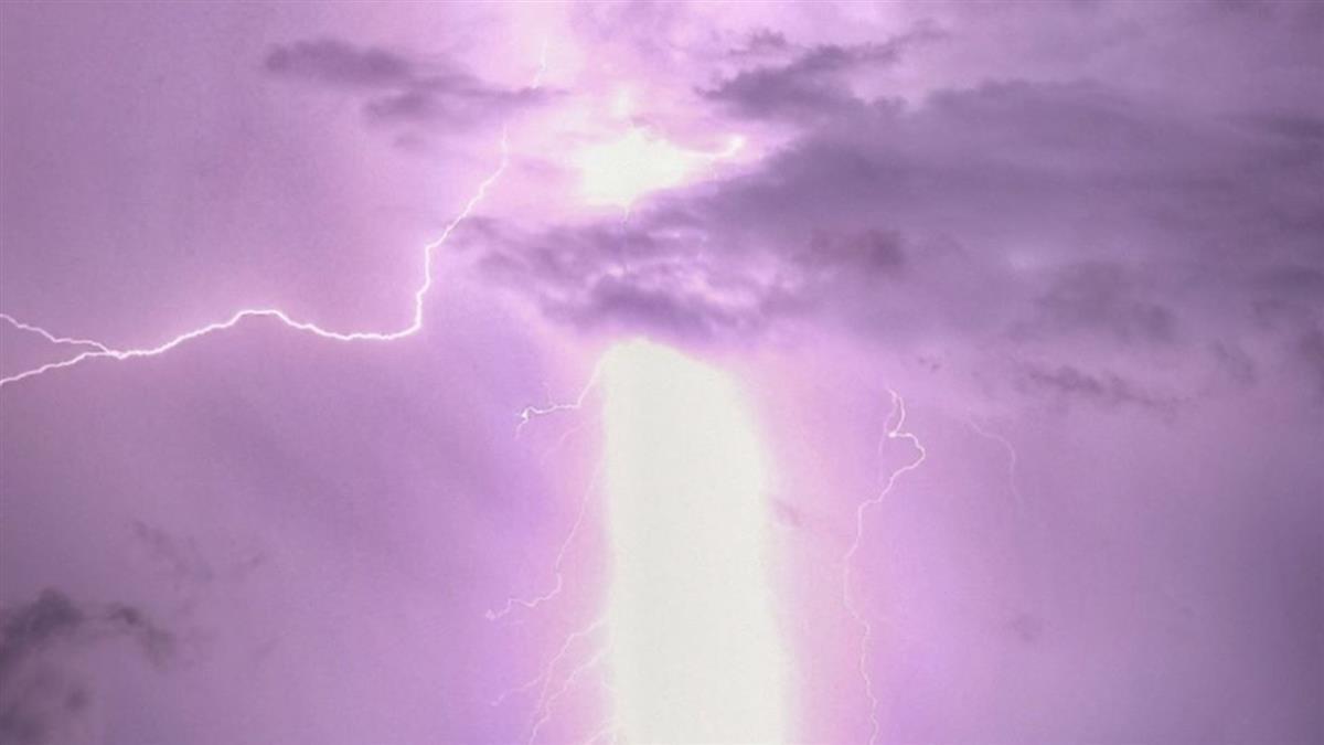 雲林極巨閃電貫穿天空! 他查農民曆驚呆:雷神下凡