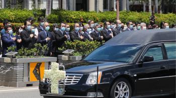 李登輝移靈車隊繞行總統府 李大維率隊敬禮致意