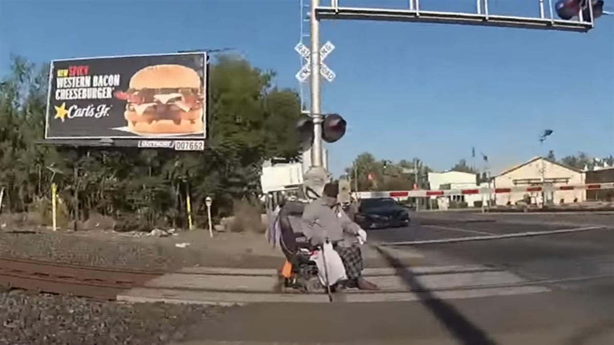 差1秒成碎屍!輪椅老翁卡鐵軌 女警冒死搶救畫面曝