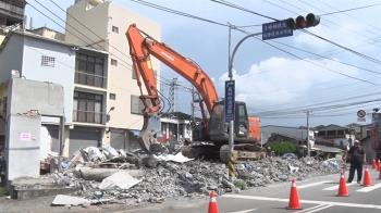 最牛釘子戶拆了!佔路中島10年 建商捐650萬拆除