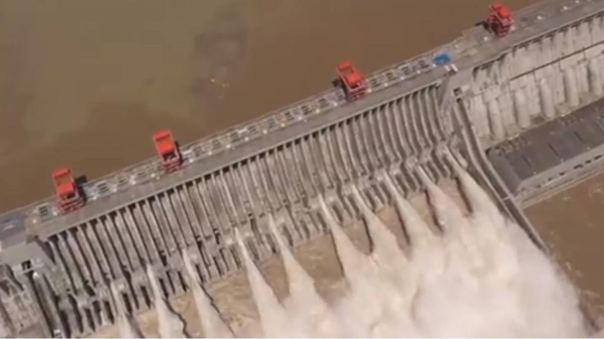 三峽大壩史上最大洪峰  開11孔洩洪