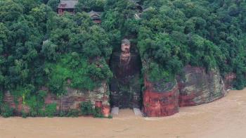 中國西南遭70年一遇洪水侵襲,樂山大佛腳趾首度被淹