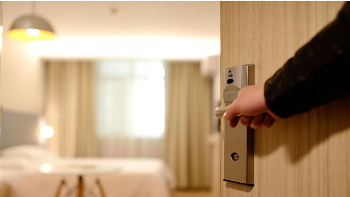 衣櫃門悄滑開...他住飯店遇鬼壓床 回國還遇驚悚事