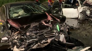 深夜違規衝對向!桃園2車撞成廢鐵 5人慘受困