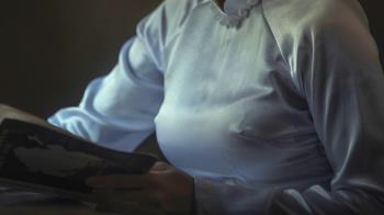 惡習惹禍!女師右乳腫痛1個月 醫檢查抽出「咖啡色膿汁」