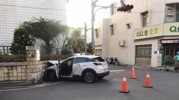 台南自小客衝撞民宅  2人受傷送醫