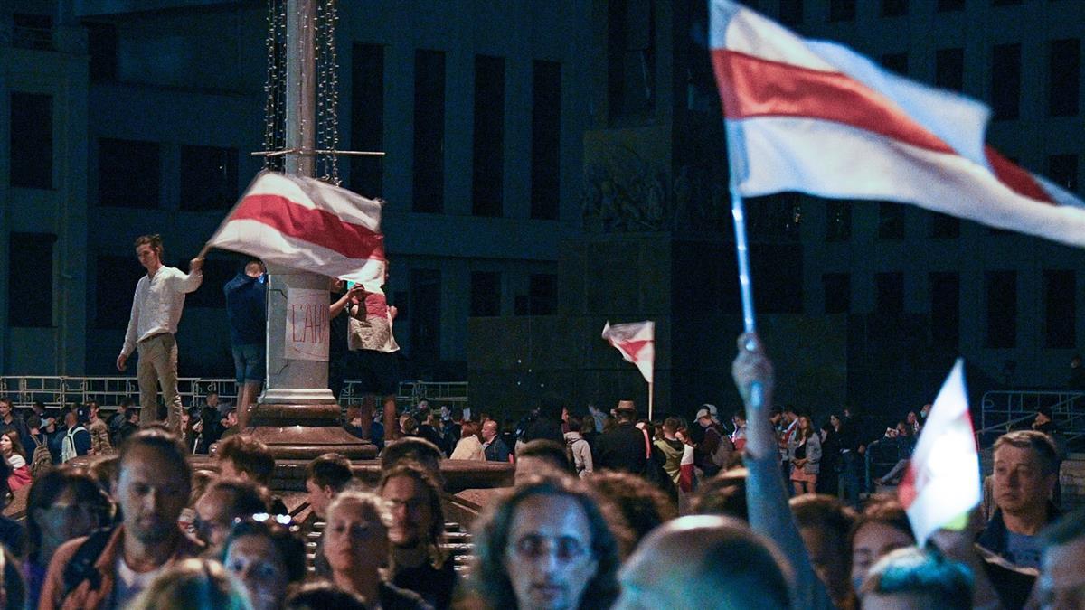 總統下台!白俄羅斯萬人上街抗議 鎮暴警察出動