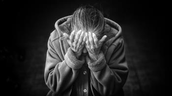 70歲嬤隱忍乳癌1年!半夜蓋被偷哭 暖心醫一句話惹淚崩