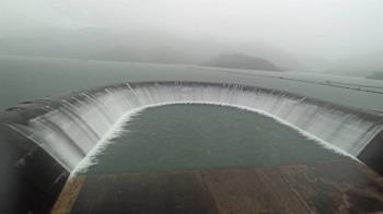 連兩天降雨逾120毫米 台南南化水庫蓄滿溢流