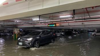 強降雨 宜蘭大學停車場水深30公分車主冒雨開走