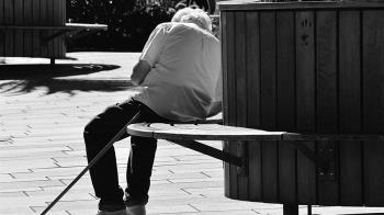 70歲獨居翁冒屍斑遭判死!警見「遺體」冒汗嚇壞 急送醫搶命