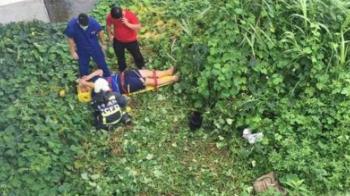 無照載妹!台中16歲男慘摔橋下 腰椎骨裂仍滑手機