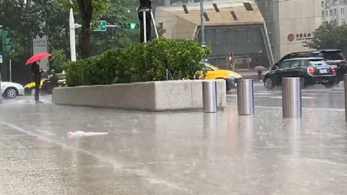 對流旺盛!13縣市大雨特報 嚴防強陣風、雷擊
