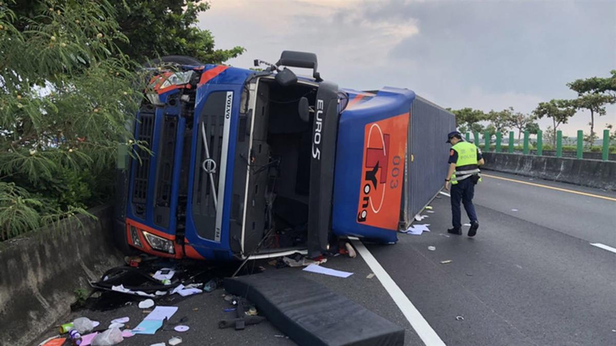 台61線布袋段貨櫃車翻覆  男駕駛無生命徵象