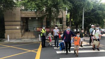 國中小開學第一天!仁武警護學童安心上學去