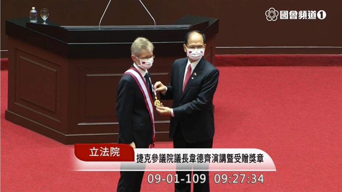 維特齊參訪立院  游錫堃致贈一等獎章