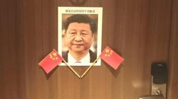 懶理中國威脅!捷克訪台參議員房門貼肖像、五星旗嗆壞鬼