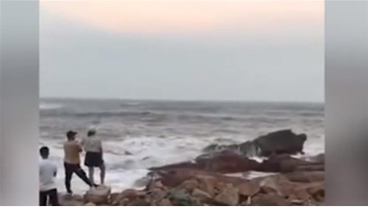 海邊拍婚紗!梅莎掀11公尺巨浪 新郎抱新娘2死1失蹤