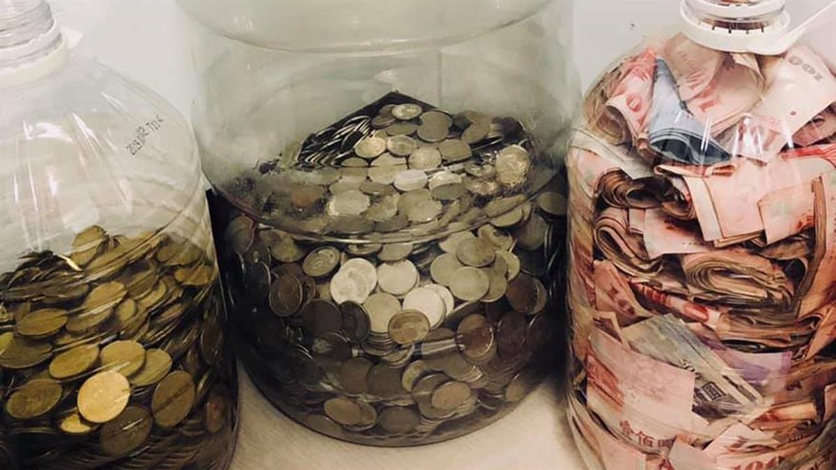 最「原始」存錢法!他用3大水桶「紙鈔快爆滿」 網估:至少30萬